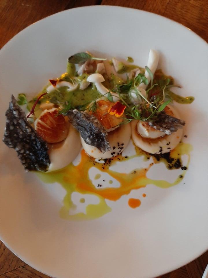 Kammkarbid juurselleripüree, peekoni, shimeji seente, ürdikastme ja lõhenahakrõpsuga restoran MuSu menüüst.